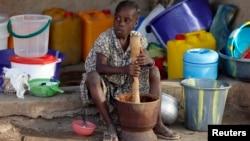 Ảnh tư liệu - Một bé gái bị thất tán sau những cuộc tấn công của phe nổi dậy Boko Haram ở phía đông bắc Nigeria tại một trại dành cho người thất tán ở Yola, Adamawa, ngày 14 tháng 1 năm 2015.