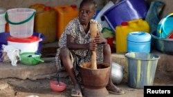 Une jeune fille placée dans un camp après une attaque de Boko Haram au nord du Nigeria à Yola, dans l'État de Adamawa, le 14 janvier 2015.