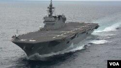 """目前能搭载14艘直升机的""""出云号""""被中国等称为准航母 (日本海上自卫队档案图片)"""
