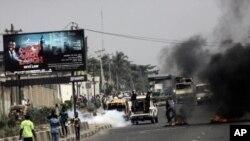 尼日利亞警方在首都拉各斯的抗議活動中﹐發射催淚瓦斯驅散人群。