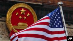 美國國旗與中國國徽。