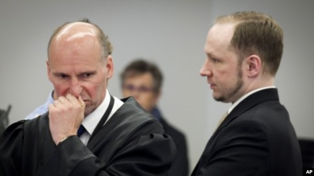 Norwegian mass killer Anders Behring Breivik (R) confers with his defence lawyer Geir Lippestad during the second day of his terrorism and murder trial, Oslo, April 17, 2012.