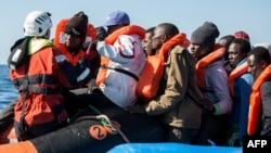 تصویری از یک گروه مهاجران که از طریق دریای مدیترانه قصد رفتن به اروپا را داشتند، آرشیو