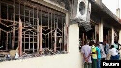 村民聚集在受到襲擊的民房前