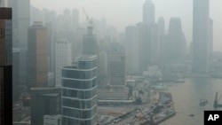 Polusi menyelimuti Hong Kong yang menurut pemerintahnya disebabkan oleh pencemaran asap kendaraan di jalanan, dan kabut asap kawasan yang antara lain berasal dari asap pabrik di wilayah Tiongkok daratan.