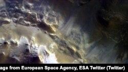 بخشی از تصویر گرفته شده توسط مدارگرد ردیاب گاز از یکی از گودال های بزرگ سطح مریخ