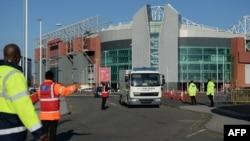 15일 영국 북서부 맨체스터 시의 축구경기장에 폭발물로 의심되는 물체가 발견돼 폭발물 제거반이 출동했다.