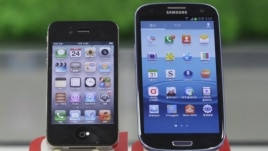 Samsung Electronics' Galaxy S III, right, and Apple's iPhone 4S are displayed at a mobile phone shop in Seoul, South Korea, August 24, 2012.