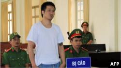 """Nguyễn Quốc Đức Vượng tại phiên toà xét xử ở Lâm Đồng hôm 7/7. Chính phủ Mỹ lên tiếng quan ngại về bản án 8 năm tù giành cho nhà hoạt động 29 tuổi bị kết tội """"chống phá nhà nước XHCN Việt Nam."""