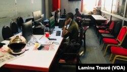 La rédaction de Oméga Médias quasiment vide, Ouagadougou, le 9 juin 2021. (VOA/Lamine Traoré)