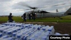 Para petugas bantuan dari tentara angkatan laut Amerika memasukkan bantuan darurat ke helikopter dari kota Ormoc, Filipina untuk para penyintas Topan Haiyan (17/11).
