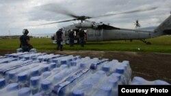 17일 필리핀 오르모크 시에서 필리핀 군인들이 미 해군이 제공한 헬리콥터에 구호물자를 싣고 있다.