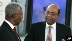 Mo Ibrahim, muanzilishi wa Mo Ibrahim Foundation, right, akizungumza na Kofi Annan, katibu mkuu wa zamani wa Umoja wa Mataifa
