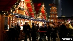 人们在逛柏林亚历山大广场附近的圣诞市场(2016年11月23日)