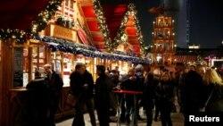 Warga mengunjungi pasar perlengkapan Natal di Lapangan Alexanderplatz di Berlin, Jerman (foto: ilustrasi). Kejaksaan Jerman memeriksa seorang anak yang katanya berusaha meledakkan bom paku di pasar perlengkapan Natal.
