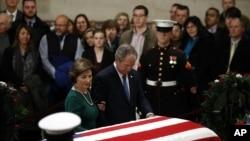 """Ông Bush """"con"""" và phu nhân bên linh cữu cha."""
