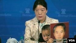 中國維權人士張海濤的妻子李愛杰帶著三歲的兒子小曼德拉出席美國傳統基金會研討會,再度呼籲世人關注中國失去自由的人們。(美國之音蕭雨拍攝)