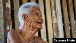 Bà cụ người Thái cười khi người ta hỏi tuổi của bà. Bà đã 105 tuổi, nhưng vẫn có thể làm cho người xung quanh mình vui cười