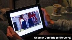 Građani prate obraćanje premijera Borisa Džonsona (Foto: Reuters)