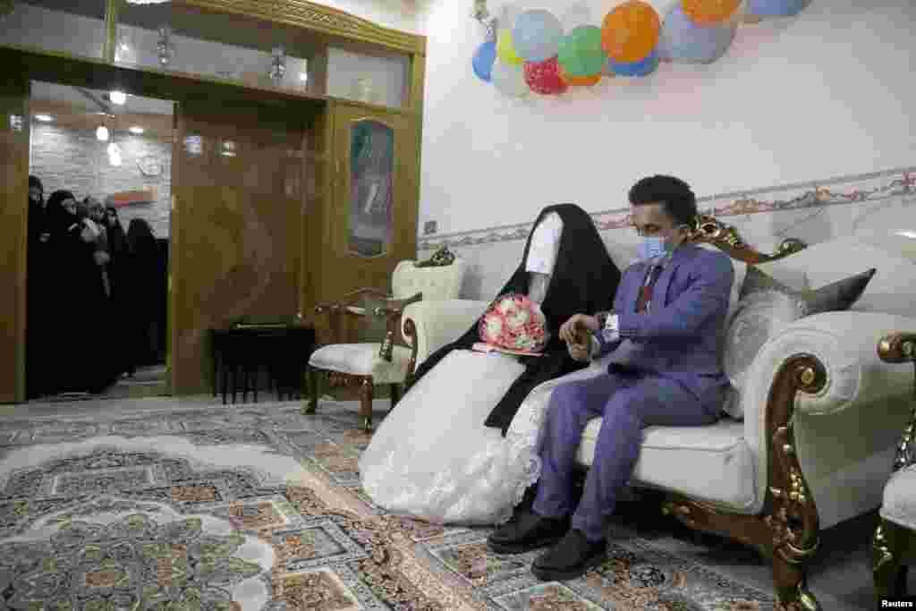 عراق کے شہر کربلا میں ایک جوڑا کرفیو کے باوجود شادی کرنے سے نہ رکا اور دونوں 12 اپریل کو ہمیشہ کے لیے ایک دوسرے کے ہو گئے۔