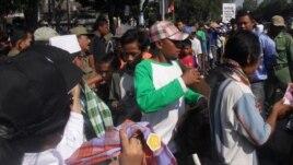 Para tukang becak dan warga miskin di Solo menerima pembagian sarung dan uang untuk lebaran (foto: Yudha/VOA).