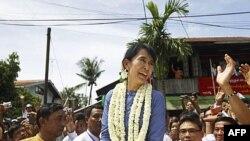 Bà Suu Kyi tại thị trấn Bago, 100 km về phía bắc Rangoon, ngày 14/8/2011