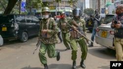 Des officiers de l'Unité des services généraux (GSU) dispersent des manifestants participant à une marche pour protester contre la brutalité et le harcèlement de la police, en particulier contre les pauvres, à Nairobi le 7 juillet 2020. (Photo AFP/ TONY KARUMBA)