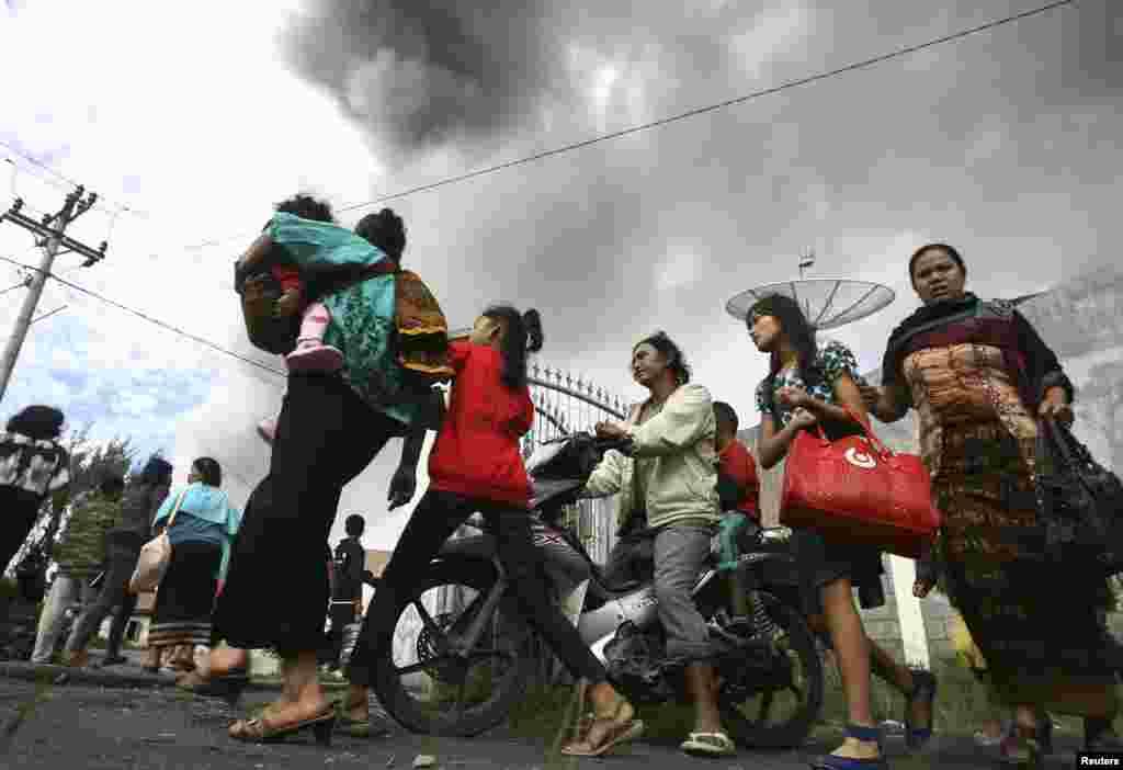 اس آتش فشاں کے قریب بسنے والے 15,000 افراد کو محفوظ مقامات پر منتقل ہونے کی ہدایت گئی ہے۔