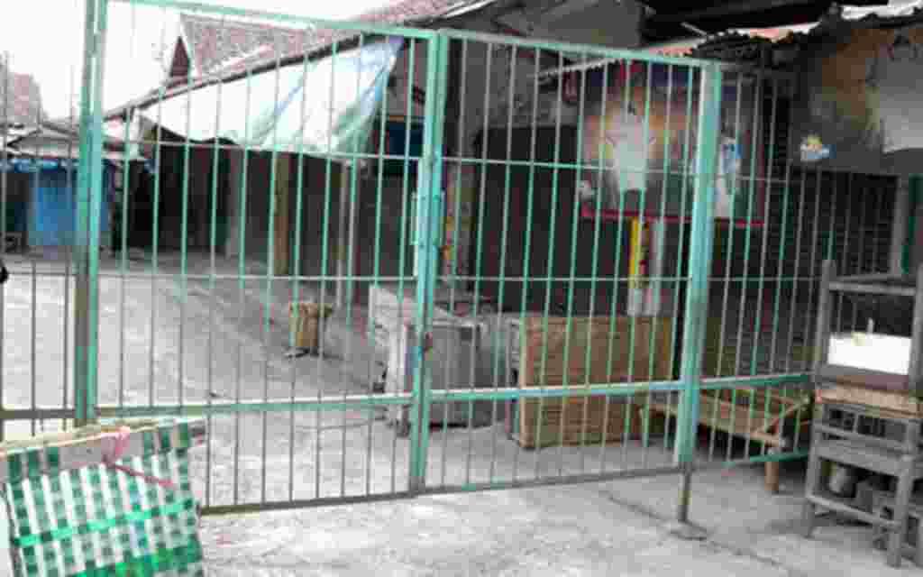 Pasar-pasar tradisional di walayah sekitar Merapi masih tutup, seperti yang satu ini di Pakem, Sleman (19/11).