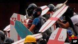 Los adversarios de Maduro afirman que permanecerán en las calles hasta lograr que se convoquen elecciones generales, se abra un canal humanitario para el ingreso de alimentos y medicinas, se libere a los presos políticos y se desarme a los grupos paramilitares.