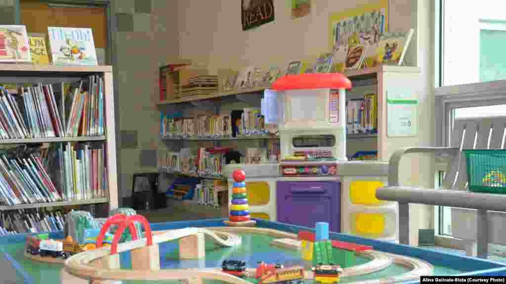 Іграшок не багато, але це не проблема – коли дитина потрапляє в нове місце, їй усе цікаво, і вона довше зберігає інтерес до незнайомих речей