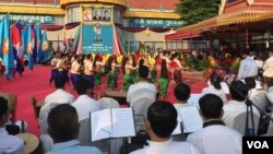 Cambodian artists perform traditional dances, held at the Cambodian People's Party headquarters, to mark 37 years since the the fall of the Khmer Rouge, on January 7, 1979, Phnom Penh, Cambodia. (Hul Reaksmey/VOA Khmer)