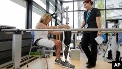 Seorang penyintas pemboman Boston Marathon mencoba kaki palsu di Rumah Sakit Rehabilitasi Spaulding. (Foto: Dok)