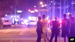 2016年6月12日奥兰多市枪击现场附近警察在疏导民众。