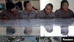 在政府组织的记者参观期间,西藏拉萨一所职业学校的学生在听老师讲课。(2015年11月19日)