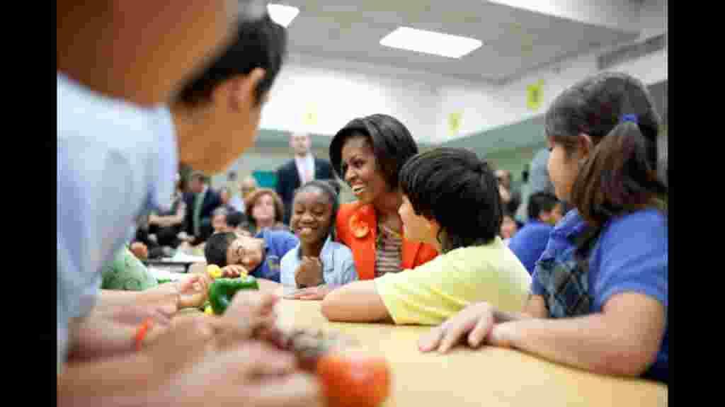 Michelle Obama en la inauguración de las barras de ensaladas en una escuela.
