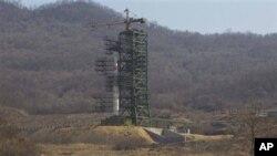 Roket Korea Utara 'Unha-3' disiagakan di fasilitas peluncuran satelit Sohae di kota Tongchang-ri, Korea Utara (foto: dok).