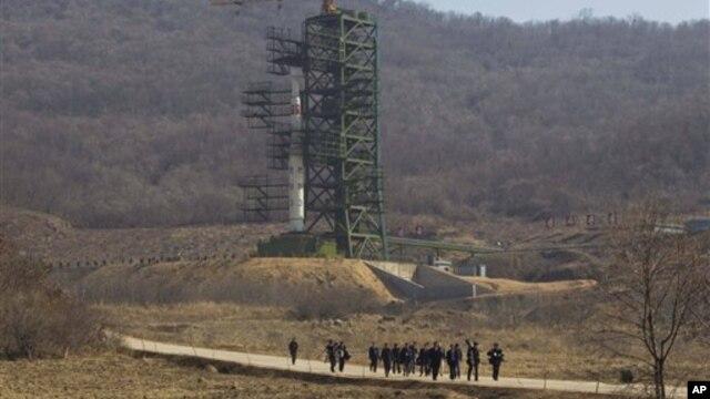 Tên lửa Unha-3 tại trạm phóng vệ tinh Sohae ở Tongchang-ri, Bắc Triều Tiên