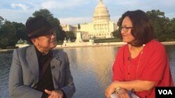 Mantan Presiden BJ Habibie saat diwawancarai VOA di depan gedung Capitol di Washington, DC (foto: VOA).