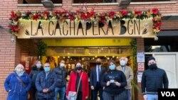 Voluntarios y observadores internacionales frente al restaurante La Cachapera Bcn, uno de los puntos de asistencia técnica durante la jornada de votación de la consulta popular en Barcelona, España, el 12 de diciembre de 2020. [Foto VOA/Júlia Riera]..