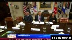 Hình ảnh cuộc gặp giữa Tổng thống Obama và blogger Điếu Cày xuất hiện trong bản tin của Đài Truyền hình Việt Nam VTV.