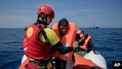 Des migrants secourus, à bord d'un bateau pneumatique en mer Méditerranée, à environ 56 miles au nord de Sabratha, Libye, 6 avril 2017