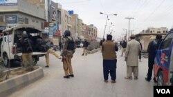Pasukan keamanan dan warga di lokasi serangan bunuh diri di Quetta, Pakistan, Rabu (28/2).