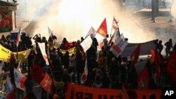 警察5月31日使用催泪弹和水炮驱散示威