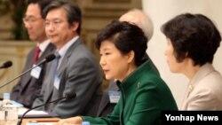 박근혜 한국 대통령이 13일 오전 청와대 영빈관에서 열린 통일준비위원회 제2차회의에서 인사말을 하고 있다.