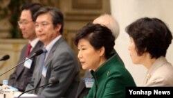 박근혜 한국 대통령(오른쪽 두번재)이 지난 13일 청와대 영빈관에서 열린 통일준비위원회 제2차회의에서 인사말을 하고 있다. (자료사진)
