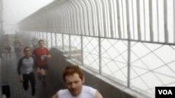 Los competidores en plena carrera de ascenso hasta la terraza del emblemático edificio Empire State en Nueva York.