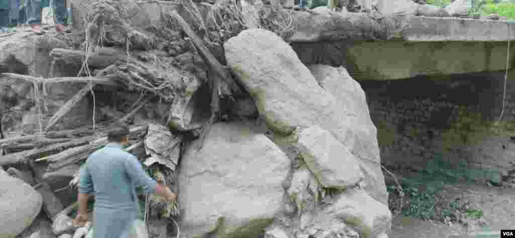 پل پر پڑے ہوئے ملبے کا ڈھیر
