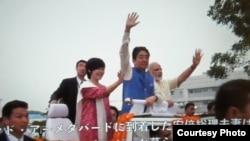 日本首相官邸週四公開了安倍在印度兩天來到處受歡迎的錄像。 (美國之音駐東京特約記者歌籃提供)