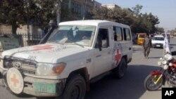 塔利班份子在昆都士駕駛一輛原屬國際紅十字會的汽車
